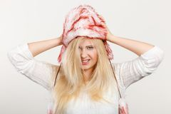 Femme blonde dans le chapeau velu chaud d'hiver Images libres de droits