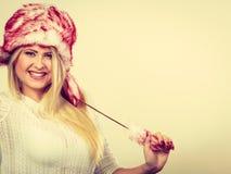 Femme blonde dans le chapeau velu d'hiver Photo libre de droits