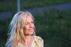 Femme blonde dans le faisceau de lumière image stock