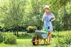 femme blonde dans le jardin au printemps photographie stock libre de droits