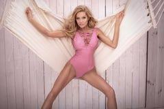 Femme blonde dans le maillot de bain rose Photographie stock