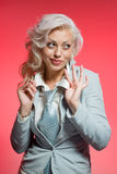 Femme blonde dans le procès sur le rose Photographie stock