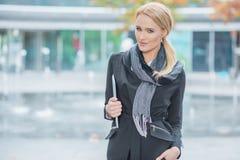 Femme blonde dans le vêtement noir à la mode de bureau Image libre de droits