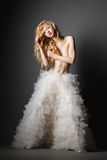 Femme blonde dans une pose romantique avec la jupe blanche photos stock