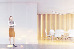 Femme blonde dans une salle de réunion, modifiée la tonalité Photo stock