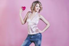 Femme blonde de beau modèle de femme avec un coeur et le maquillage Photos stock