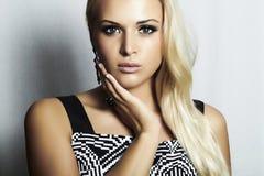 Femme blonde de belle mode dans dress.beauty girl.make-up photos libres de droits