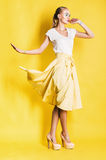Femme blonde de danse dans la jupe jaune Images libres de droits