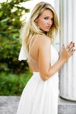 Femme blonde de fille habillée comme pays ou cow-girl de ferme photographie stock