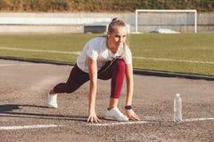 Femme blonde de forme physique dans le stade photos stock