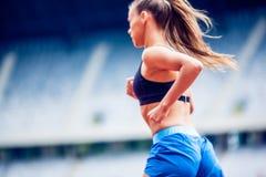 Femme blonde de forme physique sur le stade Photographie stock