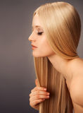 Femme blonde de Hair.Beautiful avec le long cheveu droit Photographie stock