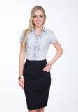 Femme blonde de jeune directeur dans la jupe de noir de crayon photographie stock libre de droits