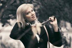Femme blonde de jeune mode heureuse marchant en parc d'automne Image libre de droits