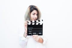 Femme blonde de jeunes yeux bleus avec le clapet de film Image stock