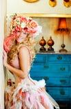 Femme blonde de mode baroque avec le chapeau de fleurs Photographie stock libre de droits