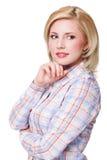 Femme blonde de sourire attirante sur le fond blanc Photographie stock libre de droits