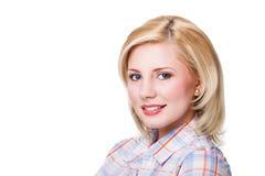 Femme blonde de sourire attirante sur le fond blanc Photographie stock