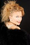 Femme blonde de sourire avec des yeux bleus photographie stock libre de droits