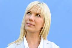 Femme blonde de sourire avec sa tête tournée loin photographie stock