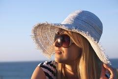 Femme blonde de sourire de jeunes regardant le coucher du soleil Photos libres de droits