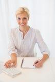 Femme blonde de sourire de portrait à l'aide de l'ordinateur Images libres de droits