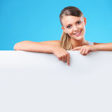 Femme blonde de sourire se dirigeant au copyspace image stock