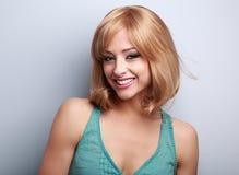Femme blonde de sourire toothy heureuse Verticale de plan rapproché photographie stock libre de droits
