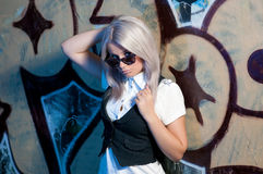 Femme blonde devant le graffiti image stock