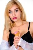 Femme blonde drôle avec la crème glacée dans des mains Images libres de droits