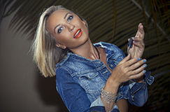 Femme blonde en denim Images stock