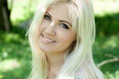Femme blonde en pissenlits Images stock