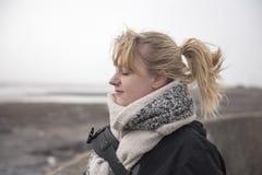 Femme blonde en ses années '20 à la plage Image stock