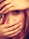 Femme blonde gênée honteuse avec des mains sur le visage photographie stock libre de droits