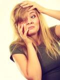 Femme blonde gênée honteuse avec des mains sur le visage images libres de droits