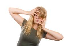 Femme blonde gênée honteuse avec des mains sur le visage images stock