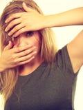 Femme blonde gênée honteuse avec des mains sur le visage photos libres de droits
