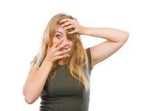 Femme blonde gênée honteuse avec des mains sur le visage photo stock