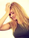 Femme blonde gênée honteuse avec la main sur le visage photo libre de droits