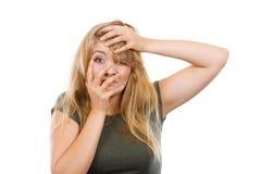Femme blonde gênée honteuse avec la main sur le visage photographie stock libre de droits