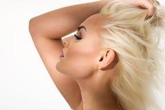 Femme blonde gracieuse avec les yeux fermés image libre de droits