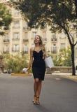 Femme blonde heureuse de Bautiful faisant des achats photo stock