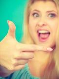 Femme blonde heureuse se dirigeant avec un doigt image libre de droits