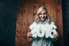 Femme blonde heureuse tenant 2016 nombres Image stock