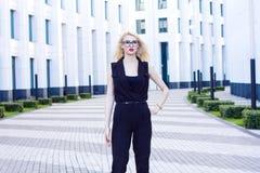 Femme blonde intelligente sur le fond du centre d'affaires Photo stock