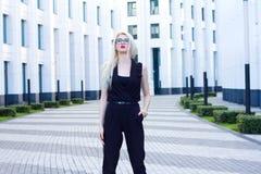 Femme blonde intelligente sur le fond du centre d'affaires Photos stock