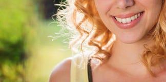 Femme blonde méconnaissable, cheveux bouclés, nature verte Résumé ensoleillé Photo libre de droits