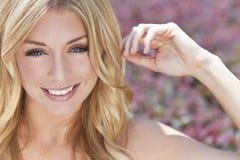 Femme blonde naturellement belle avec des œil bleu Image stock