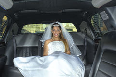 Femme blonde nuptiale sur la limousine photo stock