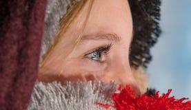 Femme blonde observée par bleu mignon enveloppée dans une écharpe couvrante Image libre de droits